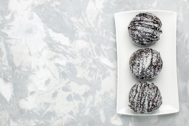 上面図淡い白の表面に白いアイシングが入ったおいしいチョコレートケーキビスケット焼きチョコレートスイートシュガーティー