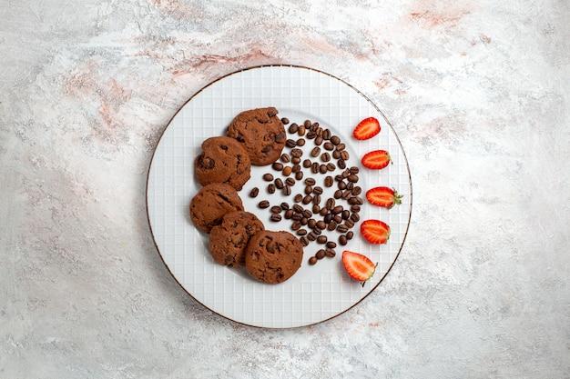 흰색 배경 비스킷 설탕 달콤한 빵 케이크 쿠키에 초콜릿 칩과 함께 상위 뷰 맛있는 초콜릿 쿠키