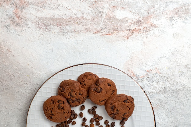 上面図白い机の上のチョコレートチップとおいしいチョコレートクッキービスケットシュガースイートベイクケーキクッキー