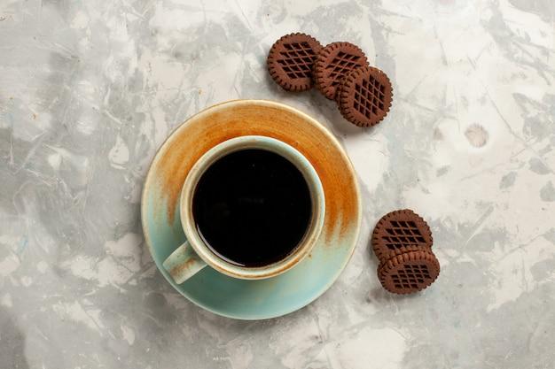 上面図白い背景茶ビスケットシュガー甘いケーキパイにコーヒーカップとおいしいチョコレートクッキー