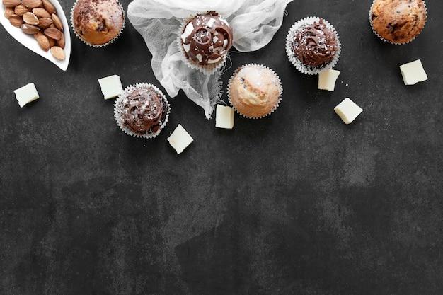Vista dall'alto di deliziosi cupcakes al cioccolato