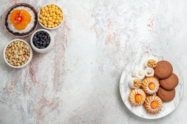 上面図白い背景の上のナッツとレーズンのおいしいチョコレートデザートナッツスナックデザートケーキ