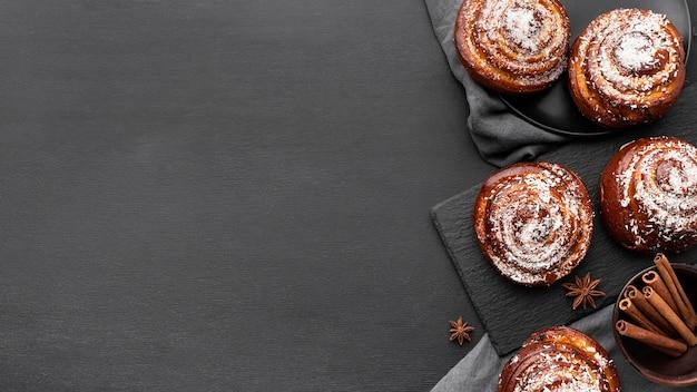 Vista dall'alto di deliziosi panini alla cannella con copia spazio
