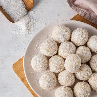 Вид сверху вкусные кокосовые конфеты