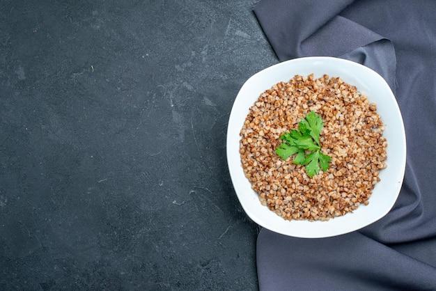 Vista dall'alto delizioso grano saraceno cotto su spazio grigio