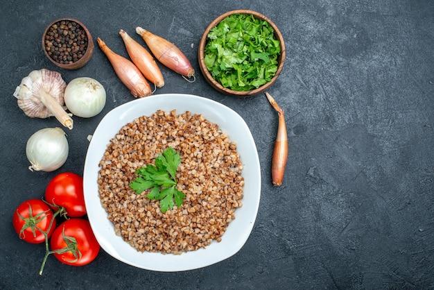 회색 공간에 신선한 토마토와 채소와 함께 상위 뷰 맛있는 요리 메밀
