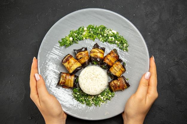 어두운 표면 저녁 식사 음식 요리 기름 쌀 식사에 쌀과 상위 뷰 맛있는 요리 가지