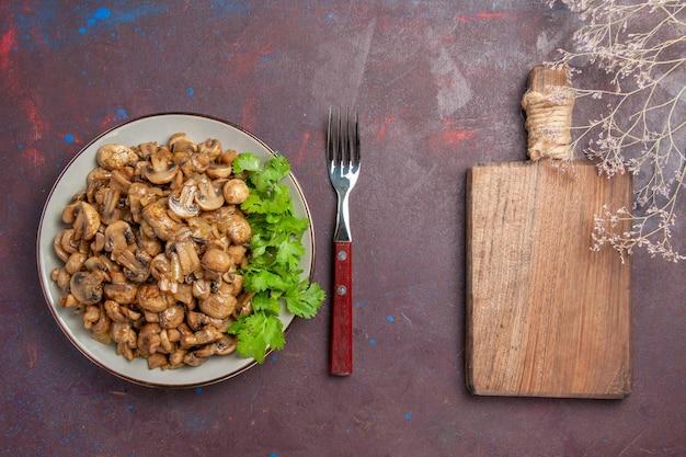 Vista dall'alto deliziosi funghi cotti con verdure sullo sfondo scuro piatto cena cibo pianta selvatica