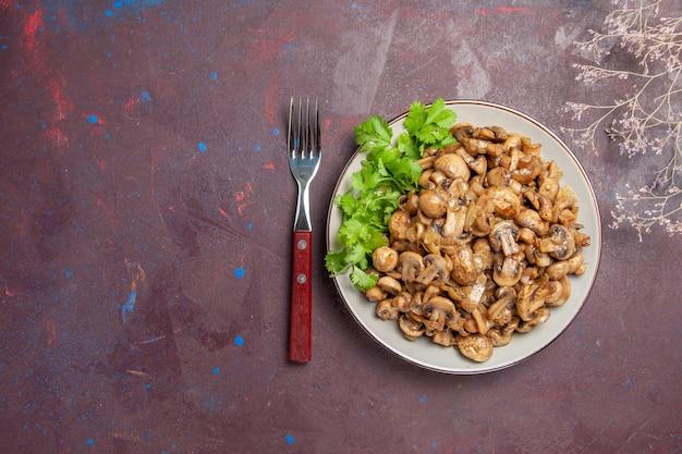 Vista dall'alto deliziosi funghi cotti con verdure su cibo da scrivania scuro pasto di piante selvatiche
