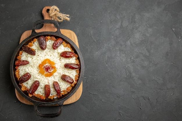 회색 표면 플 로브 쌀 요리 요리 식사에 쿠 르마와 건포도와 상위 뷰 맛있는 요리 플 로브 쌀 식사