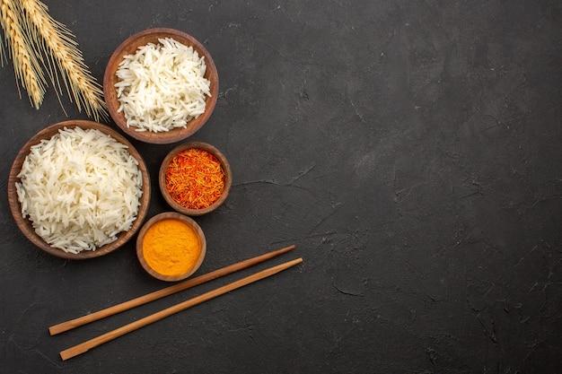 Vista dall'alto delizioso riso cotto semplice pasto gustoso all'interno del piatto nello spazio buio dark