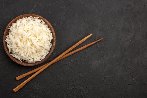 어두운 공간에 갈색 접시 안에 상위 뷰 맛있는 밥 일반 맛있는 쌀