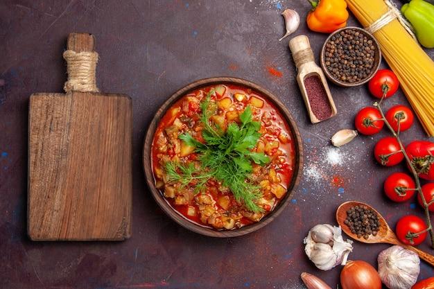 상위 뷰 맛있는 요리 야채는 어두운 배경 소스 수프 식사 음식에 채소와 조미료와 함께 얇게 썬 것
