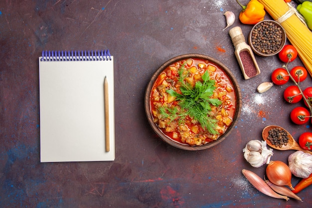 上面図濃い背景に野菜と調味料をスライスしたおいしい調理野菜ソーススープミールフード