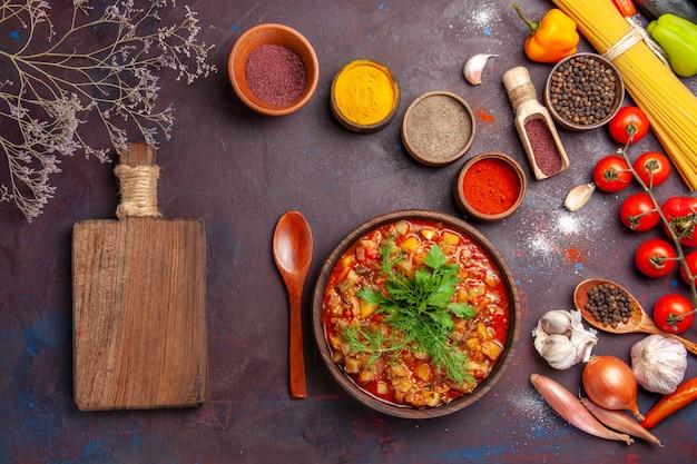 Вид сверху вкусные приготовленные овощи, нарезанные разными приправами на темном столе, суп, еда, соус, еда, овощ