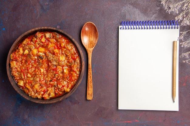 上面図濃い背景にソースでスライスしたおいしい調理野菜スープソース食事野菜食品