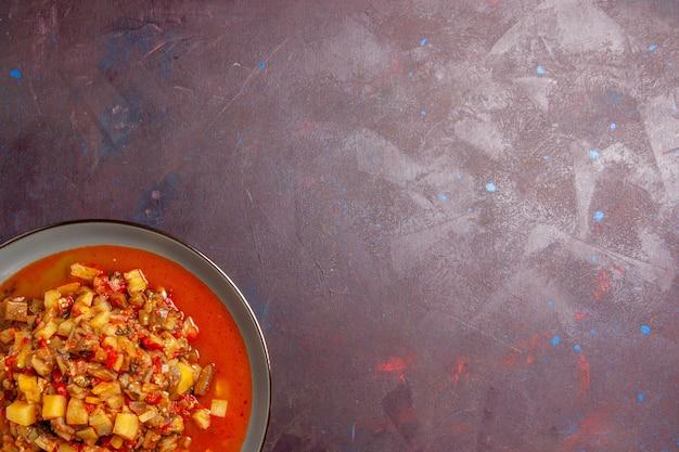 トップビューダークデスクソーススープフードミール野菜にソースでスライスしたおいしい調理野菜
