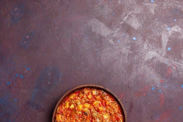 Вид сверху вкусные приготовленные овощи, нарезанные с соусом на темном фоне, еда, соус, суп, еда, овощ