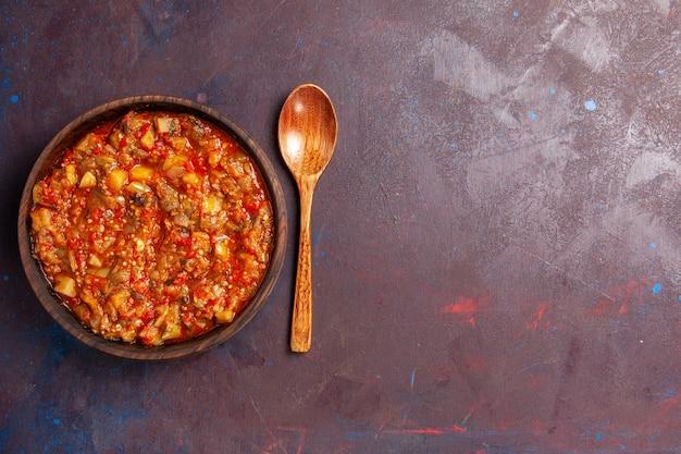 上面図濃い背景にソースでスライスしたおいしい調理野菜スープソースミール野菜料理