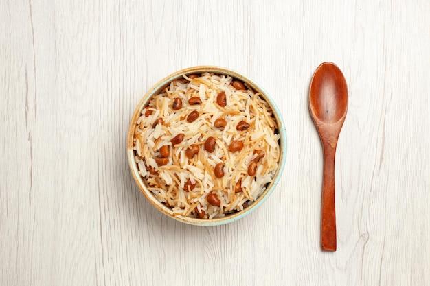 Vista dall'alto deliziosi vermicelli cotti con fagioli su una scrivania bianca che cucina un piatto di pasta di fagioli