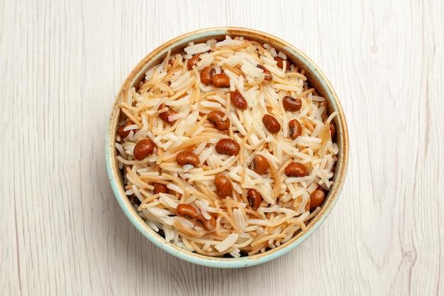Vista dall'alto deliziosi vermicelli cotti con fagioli sulla scrivania bianca pasto cucinando piatto di pasta di fagioli