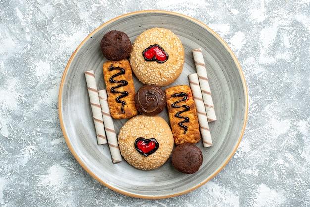 Vista dall'alto deliziosi biscotti con biscotti su uno spazio bianco