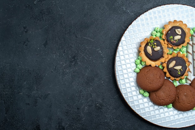 Vista dall'alto deliziosi biscotti con caramelle sullo sfondo grigio biscotto zucchero cuocere torta torta tè biscotto