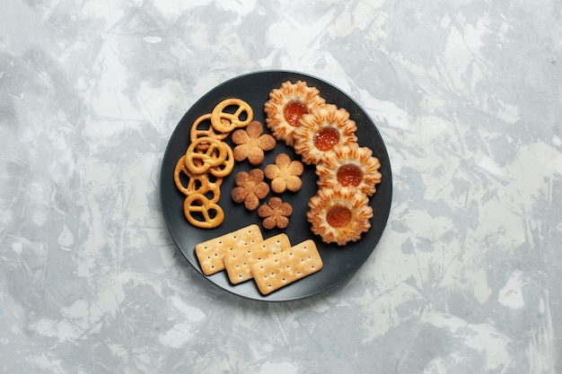 밝은 흰색 책상 쿠키 비스킷 설탕 달콤한 차 선명에 접시 내부 크래커와 칩이있는 상위 뷰 맛있는 쿠키