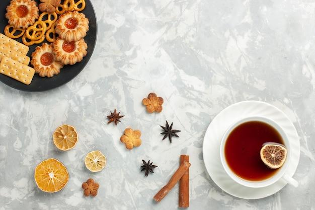밝은 흰색 책상 쿠키 비스킷 설탕 달콤한 차 칩에 크래커 계피와 차 한잔과 함께 상위 뷰 맛있는 쿠키