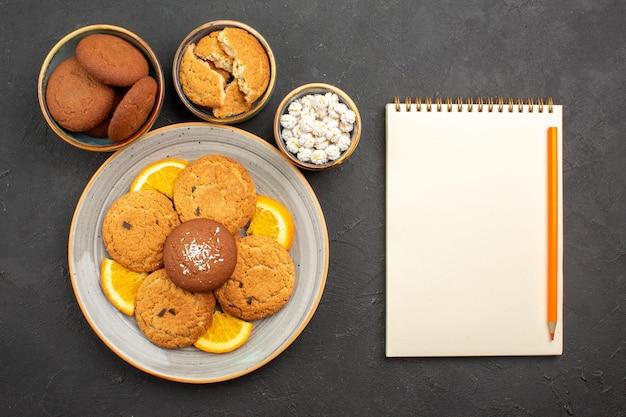 어두운 배경 과일 쿠키 케이크 감귤류 비스킷 달콤한 위에 얇게 썬 신선한 오렌지와 함께 상위 뷰 맛있는 쿠키