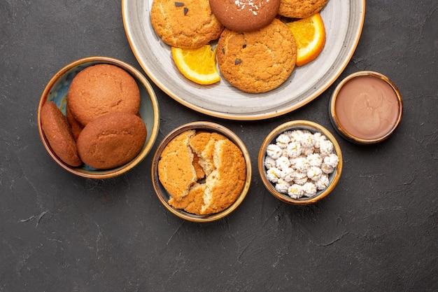 어두운 배경 쿠키 비스킷 과일 달콤한 감귤류 케이크에 신선한 얇게 썬 오렌지와 함께 상위 뷰 맛있는 쿠키