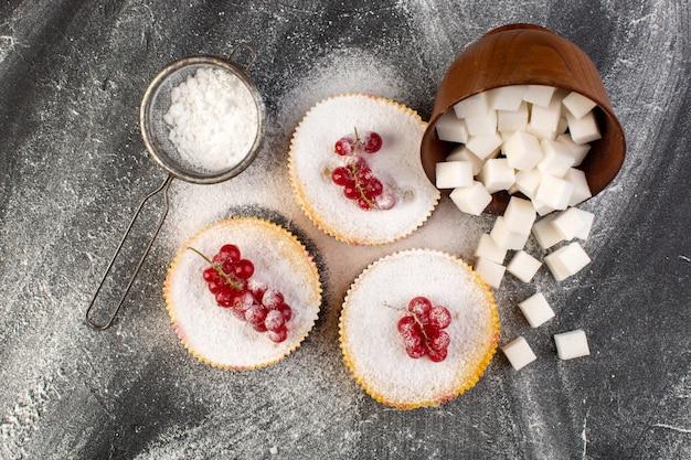 トップシュガーピースと砂糖パウダーグレーデスクケーキビスケット甘い赤いクランベリーとトップビューのおいしいクランベリーケーキ