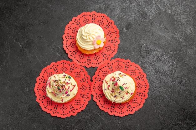 トップビューダークグレーの背景にお茶のおいしいクリームケーキデザートケーキクリームビスケット甘いクッキーデザート 無料写真