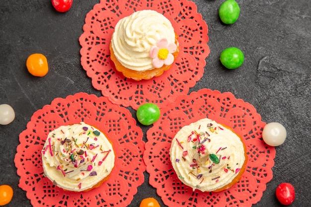 어두운 회색 배경 케이크 크림 비스킷 달콤한 쿠키 디저트에 차를위한 상위 뷰 맛있는 크림 케이크 디저트