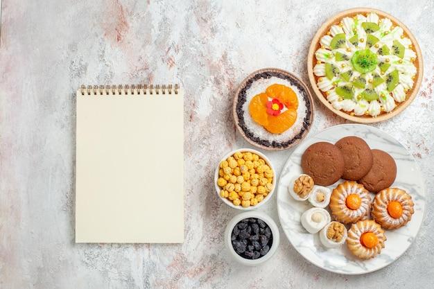 Vista dall'alto delizioso dessert alla crema con biscotti su sfondo bianco color caramella crema biscotto dessert