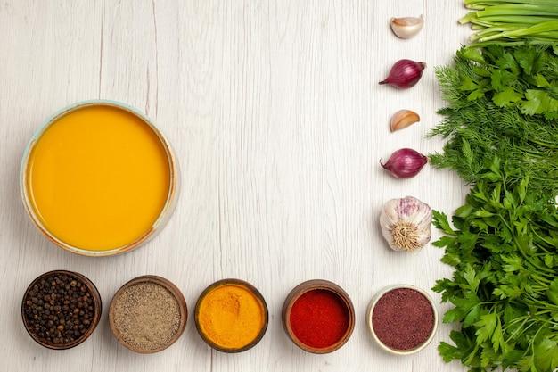 Vista dall'alto deliziosa zuppa di crema con verdure e condimenti su piatto da tavola bianco per cena con salsa di zuppa