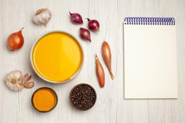 上面図白い机の上の野菜とおいしいクリームスープスープソースクリームディナー料理の食事