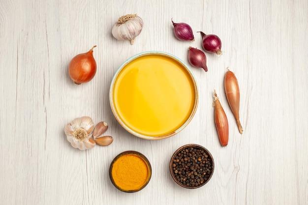 Вид сверху вкусный крем-суп с овощами на белом столе суп-соус сливки ужин блюдо