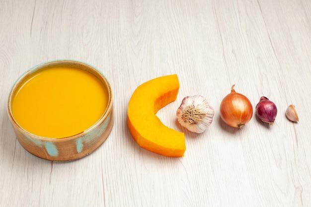 Vista dall'alto deliziosa zuppa di crema con verdure su scrivania bianca zuppa di salsa pasto crema piatto per la cena