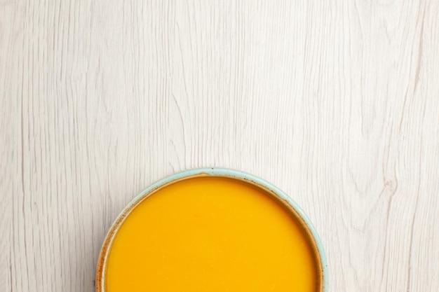 상위 뷰 맛있는 크림 수프 흰색 책상에 노란색 컬러 수프 수프 소스 식사 크림 접시 저녁 식사