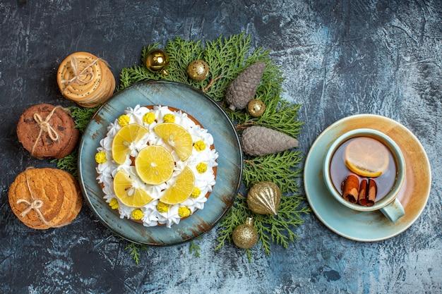 Vista dall'alto deliziosa torta cremosa con biscotti e tazza di tè