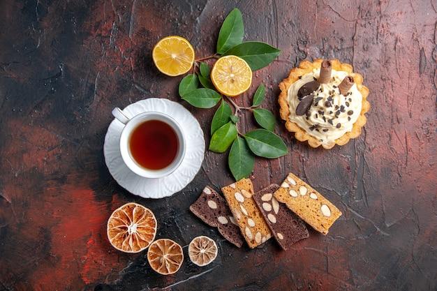 어두운 테이블 달콤한 케이크 디저트에 차 한잔과 함께 상위 뷰 맛있는 크림 케이크