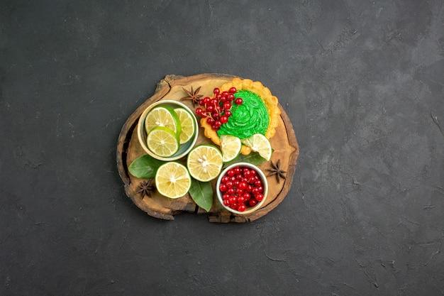 신선한 과일과 함께 상위 뷰 맛있는 크림 케이크
