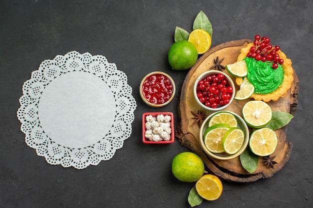 Вид сверху вкусный сливочный торт с фруктами