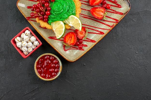 과일과 함께 상위 뷰 맛있는 크림 케이크