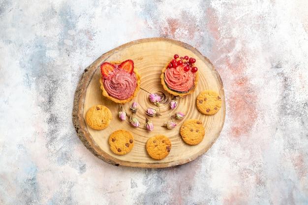 Vista dall'alto deliziose torte cremose con biscotti