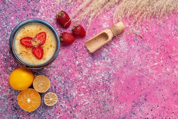 平面図ライトピンクの背景にレモンとおいしいクリーミーなデザートデザートアイスクリームベリークリーム甘い果物