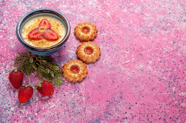 밝은 분홍색 배경에 빨간색 슬라이스 딸기와 쿠키가있는 상위 뷰 맛있는 크림 디저트 디저트 아이스크림 크림 색 달콤한 얼음