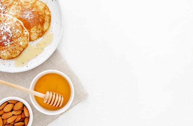 Вид сверху вкусные блины на завтрак копией пространства