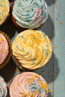 Вид сверху вкусные кексы с глазурью